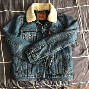 Levi's Sherpa trucker jacket!! ✌🏼